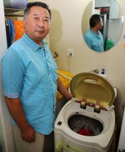 Yu Tianwang's washing machine for vegetables (Photo Credit:  www.huffingtonpost.co.uk)